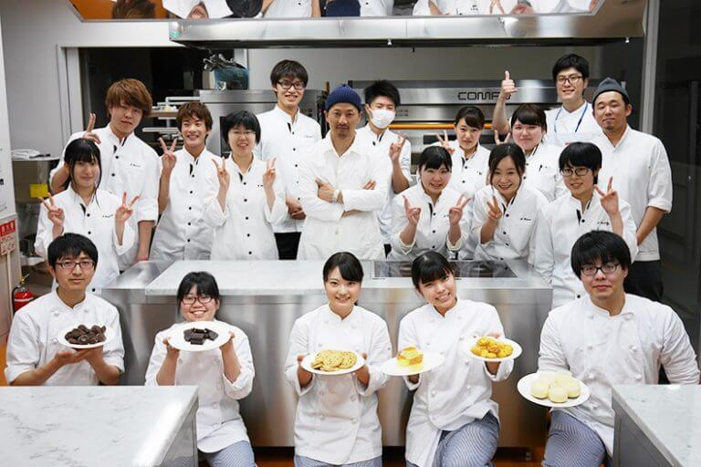 洋菓子工房「べんべや」で知られる、㈱ビー・リガーレ 代表取締役 土井大輔シェフによる製菓講習会が行われました