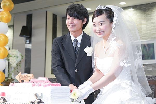 4dd48b4d9b11d 選ばれた企画の立案者がプロデューサー、その他の学生がスタッフとなって、本番さながらの模擬結婚式を行う一大イベントです。