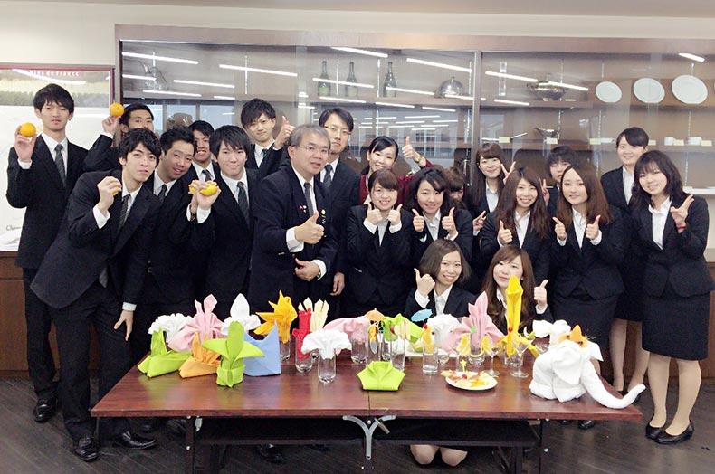 台北バーテンダー協会理事長 Jack Chang氏が来校!華麗なる「飾りナプキン」の世界を体験