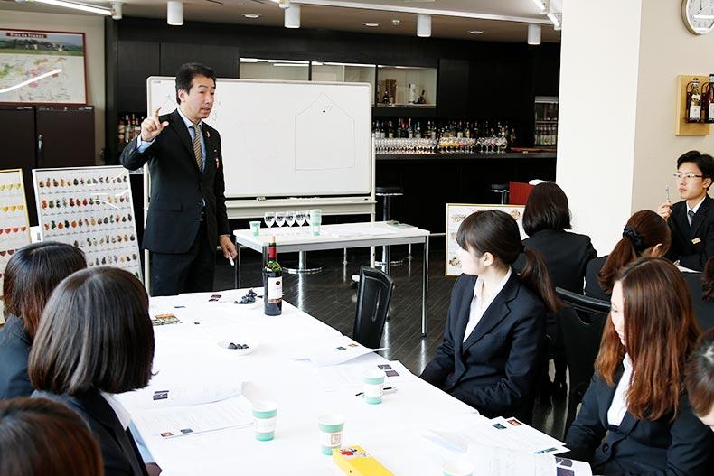 ホテル学科・プロフェッショナルアドバイザー特別授業!シニアソムリエからワインの世界を学ぶ。