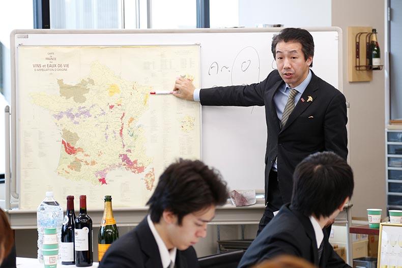 ホテル学科・プロフェッショナルアドバイザー特別授業!シニアソムリエから学ぶフランスワインの魅力