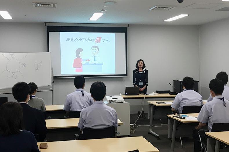 山下校長が法務省・札幌入国管理局の接遇マナー研修・特別講師として招かれました。