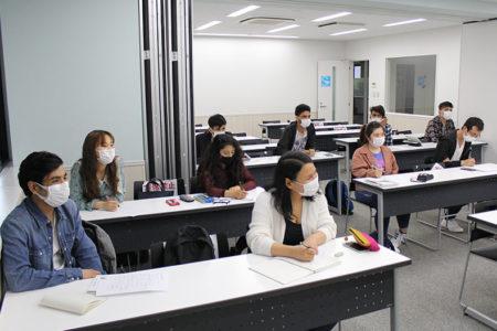 留学生向け特別授業。先輩が教える友達とのコミュニケーションに役立つ日本語レッスン。