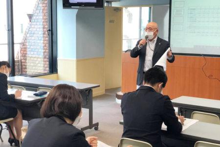 数々のホテルの支配人を務めたプロフェッショナルアドバイザー柳森利宣氏からマネジメントを学ぶ特別授業を開催