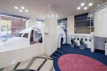 本物の操縦席・客室内ギャレー・プレミアムクラス客席などを設置した『航空機実習施設』が誕生。